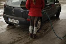 El petróleo Brent subía a más de 113 dólares el barril el viernes, un alza de casi 4 dólares desde inicios de semana, ante las preocupaciones de que la insurgencia en Irak pueda provocar una guerra civil y eventualmente afectar las exportaciones petroleras del país. En la imagen, una conductora reposta en Cuevas del Becerro, cerca de Málaga, el 4 de marzo de 2011. REUTERS/Jon Nazca