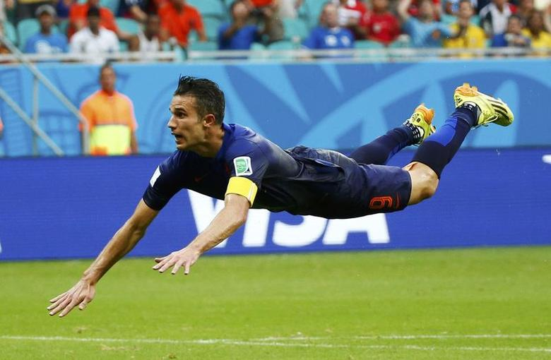 Robin van Persie of the Netherlands heads to score against Spain during their 2014 World Cup Group B soccer match at the Fonte Nova arena in Salvador June 13, 2014.  REUTERS/Michael Dalder