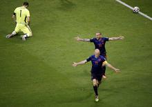 Arjen Robben e Wesley Sneijder, da Holanda, comemoram após marcar gol contra o goleiro da Espanha, Iker Casillas, durante jogo no qual a Espanha foi derrotada por 5 x 1, na Arena Fonte Nova, em Salvador. 13/6/2014 REUTERS/Fabrizio Bensch