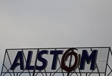 El logo del conlgomerado francés Alstom es fotografiado en el techo de la planta de la empresa en Reichshoffen, en el noreste de Francia, april 24, 2014. REUTERS/Vincent Kessler