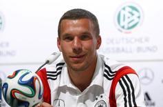 Alemão Podolski sorri durante entrevista em Santo André, na Bahia.    REUTERS/Arnd Wiegmann