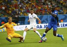 England's Joe Hart (L) and Gary Cahill (C) fight for the ball against Italy's Mario Balotelli during their 2014 World Cup Group D soccer match at the Amazonia arena in Manaus June 14, 2014.  REUTERS/Darren Staples