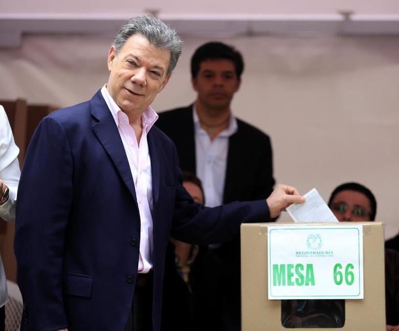 President Juan Manuel Santos casts his vote in Bogota June 15, 2014. REUTERS/Jose Miguel Gomez