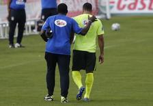 Hulk deixa treino após sentir incômodo muscular na coxa direita, em Teresópolis. 15/6/2014. REUTERS/Marcelo Regua