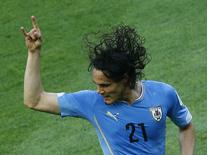 "Uruguaio Edinson Cavani, que pediu ""atitude"" contra Inglaterra, comemora gol contra Costa Rica em Fortaleza/ 14/6/ 2014.  REUTERS/Mike Blake"