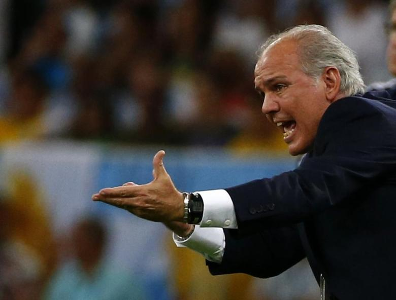 Argentina's coach Alejandro Sabella gestures during the 2014 World Cup Group F soccer match against Bosnia and Herzegovina at the Maracana stadium in Rio de Janeiro June 15, 2014. REUTERS/Michael Dalder