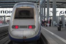 Un TGV fabriqué par Alstom en gare de Munich. Siemens et Mitsubishi Heavy Industries (MHI) doivent présenter dans la journée leur projet commun pour une alliance avec Alstom qui viendra concurrencer une offre ferme de rachat de la branche énergie du groupe français déposée par l'américain General Electric (GE). /Photo prise le 16 juin 2014/REUTERS/Lukas Barth