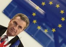 Еврокомиссар по энергетике Гюнтер Эттингер на пресс-конференции в Вене, 16 июня 2014 года. Гюнтер Эттингер в понедельник выразил уверенность, что Россия выполнит обязательства перед Евросоюзом по поставке газа, а Украина - по его транзиту. REUTERS/Heinz-Peter Bader