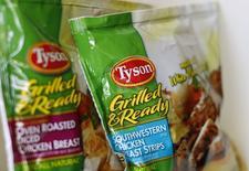 Tyson Foods et Hillshire Brands à suivre sur les marchés américains. Le second a annoncé lundi que son conseil d'administration avait décidé de retirer sa recommandation de voter en faveur de l'achat de Pinnacle Foods à la suite de l'offre d'achat présentée par le premier. /Photo prise le 29 mai 2014/REUTERS/Mike Blake