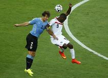 Lugano disputa bola com Campbell em jogo Uruguai x Costa Rica em Fortaleza. 14/06/2014 REUTERS/Mike Blake