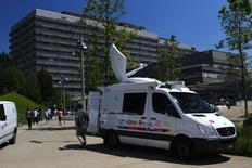 Carro de emissora de TV em frente ao Hospital Universitário de Laussane. 16/06/2014 REUTERS/Denis Balibouse