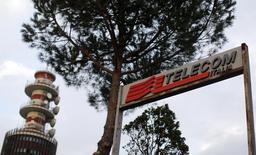 Mediobanca et Intesa Sanpaolo ont annoncé lundi leur intention de sortir du pacte d'actionnaires de Telecom Italia formé il y a sept ans avec la création de la holding Telco. Les deux banques précisent avoir exercé une option leur permettant de se retirer du pacte, opération à l'issue de laquelle elles conserveront chacune une participation directe de 1,6% dans l'opérateur télécoms italien. /Photo d'archives/REUTERS/Alessandro Bianchi