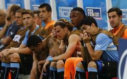 La banca de la selección uruguaya reacciona tras recibir un gol en su encuentro ante Costa Rica por el grupo D del Mundial de la FIFA en Fortaleza, jun 14, 2014. No fue el juego desorganizado, ni tampoco el formidable ataque de Costa Rica.  REUTERS/Dominic Ebenbichler