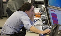 Imagen de archivo de un operador revisando la pantalla de su ordenador en el puesto de operaciones de IG Group en Londres, mar 18 2013. El sector de la tecnología digital podría crecer en Londres a un ritmo del 5,1 por ciento anual durante la próxima década, lo que generaría una actividad económica adicional de 12.000 millones de libras (20.000 millones de dólares) y 46.000 nuevos puestos de trabajo para 2024, según un estudio encargado por la ciudad.     REUTERS/Neil Hall