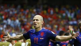 Robben comemora gol da Holanda, que goleou a Espanha por 5 x 1 na Fonte Nova, em Salvador. 13/6/2014.  REUTERS/Tony Gentile