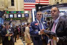 Un grupo de operadores en la rueda de operaciones de Wall Street en Nueva York, jun 13 2014. Las acciones cerraron el lunes con una leve alza en la bolsa de Nueva York, apoyadas por un serie de anuncios de fusiones y adquisiciones, pero el avance estuvo limitado por inversores pendientes de la presión sobre los precios del petróleo de los conflictos en Irak. REUTERS/Brendan McDermid