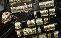 Золотые браслеты в ювелирном магазине в Стамбуле, 5 декабря 2013 года. Цены на золото снижаются с трехнедельного пика, так как инвесторы выводят средства из крупнейшего обеспеченного золотом биржевого фонда в ожидании решений совещания ФРС. REUTERS/Murad Sezer