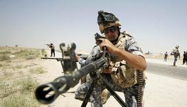 En la foto, fuerzas de seguridad de Irak realizan una patrulla en la frontera entre la provincias de Karbala y Anbar, el 16 de junio de 2014. Irak amplió las medidas drásticas contra las redes sociales el lunes, bloqueando los canales seguros de comunicaciones privadas para impedir que los integristas suníes los usen en una  ofensiva que amenaza con desmembrar el país.   REUTERS/ Mushtaq Muhammed