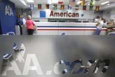 Clientes son atendidos en una oficina de American Airlines en Caracas, 17 de junio de 2014. American Airlines dijo el martes que recortará a partir de julio casi el 80 por ciento de sus vuelos semanales hacia Venezuela, debido a que el Gobierno no le ha permitido repatriar 750 millones de dólares que le adeuda en medio de un estricto control cambiario. REUTERS/Carlos Garcia Rawlins