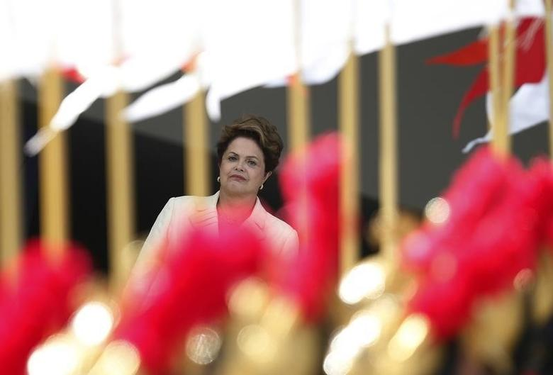 Brazil's President Dilma Rousseff waits to receive Angolan President Jose Eduardo dos Santos at the Planalto Palace in Brasilia, June 16, 2014.  REUTERS/Ueslei Marcelino (BRAZIL  - Tags: POLITICS)   - RTR3U4B3