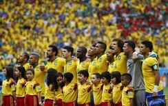 Seleção brasileira canta hino abraçada antes do jogo contra o México na Arena Castelão, em Fortaleza. 17/6/2014. REUTERS/Kai Pfaffenbach