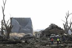 Moradores observam a devastação provocada por um tornado em Pilger, no Nebraska, Estados Unidos, nesta terça-feira. 17/06/2014 REUTERS/Lane Hickenbottom