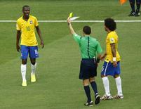 Ramires (E)  recebe cartão amarelo em partida contra o México na Arena Castelão, em Fortaleza. 17/6/2014. REUTERS/Mike Blake