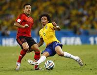 Marcelo disputa bola com mexicano Fabian em jogo da Copa do Mundo em Fortaleza. 17/06/2014 REUTERS/Marcelo Del Pozo