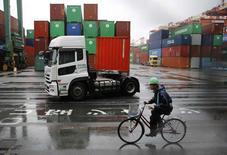 Les exportations japonaises ont baissé en mai en variation annuelle pour la première fois depuis 15 mois, avec un recul inquiétant des livraisons vers l'Asie et les Etats-Unis. /Photo prise le 21 mai 2014/REUTERS/Toru Hanai