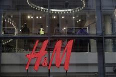 Логотип H&M в торговом центре в Риге, 25 сентября 2013 года. Прибыль второго крупнейшего ритейлера планеты Hennes & Mauritz выросла во втором квартале, совпав с прогнозами аналитиков, не фоне хорошего спроса на новые коллекции принадлежащих шведской компании брендов. REUTERS/Ints Kalnins