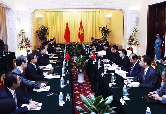 General view of the meeting between Chinese State Councilor Yang Jiechi (5th L) and Vietnamese Foreign Minister Pham Binh Minh (5th R) at the Government's Guesthouse, in Hanoi June 18, 2014. REUTERS/Luong Thai Linh/Pool