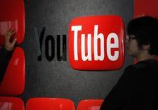 YouTube, le service de partage de vidéos de Google pourrait lancer son service de musique en ligne par abonnement à la fin de l'été, malgré les critiques de certains labels refusant de signer un accord de partenariat. /Photo d'archives/REUTERS/Shohei Miyano