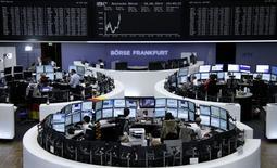 Помещение Франкфуртской фондовой биржи, 18 июня 2014 года. Европейские фондовые рынки растут, но инвесторы соблюдают осторожность в ожидании итогов совещания ФРС. REUTERS/Remote/Stringer