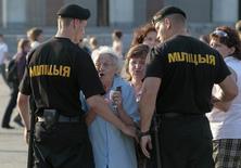 Белорусские милиционеры блокируют Октябрьскую площадь в Минске 20 июля 2011 года. Белоруссия, президент которой отметит 20-летний юбилей правления, расширяет полномочия силовиков на случай введения военного положения на фоне кризиса на Украине и в преддверии президентских выборов 2015 года. REUTERS/Vasily Fedosenko