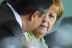 En la imagen, la canciller Angela Merkel (D) con su ministro de Economía, Sigmar Gabriel (I), en Berlín el 11 de junio de 2014. La confianza de los analistas e inversores alemanes cayó en junio por sexto mes consecutivo y anotó su nivel más bajo en cerca de un año y medio, mostró el martes una encuesta, en una señal de que el crecimiento en la mayor economía de Europa puede debilitarse en el segundo trimestre. REUTERS/Thomas Peter