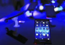 BlackBerry a annoncé un accord de licence avec Amazon.com qui lui permettra à partir de l'automne de distribuer quelque 240.000 applications pour Android directement sur sa gamme de téléphones BlackBerry 10. /Photo prise le 13 mai 2014/REUTERS/Beawiharta
