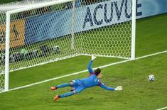 Mexicano Ochoa faz defesa em jogo com o Brasil.   REUTERS/Mike Blake