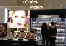 Le marché nord-américain des cosmétiques grand public, atone au premier trimestre, ne s'est pas amélioré tandis que l'Europe du Sud a confirmé sa reprise, a déclaré mercredi à Reuters le PDG de L'Oréal, Jean-Paul Agon. /Photo d'archives/REUTERS/Ints Kalnins