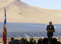 La presidenta de Chile, Michelle Bachelet, ofrece un discurso en la inauguración de una planta solar de la firma Cap en el desierto de Atacama, jun 5 2014. Puede que sean las regiones más remotas de Chile, pero el desierto del norte y la estepa del sur encierran la clave para cambiar la matriz energética de un país que cada vez demanda más electricidad. REUTERS/Fabian Andres Cambero