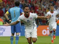 Atacante Vargas comemora gol do Chile contra Espanha.    REUTERS/Jorge Silva