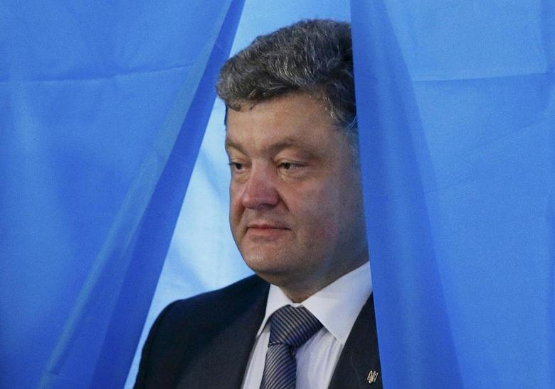 Ukrainian businessman, politician and presidential candidate Petro Poroshenko leaves a booth before casting his vote during the presidential election at a polling station in Kiev May 25, 2014.       REUTERS/Gleb Garanich