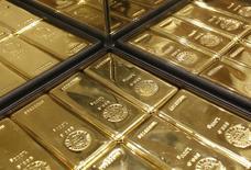 Слитки золота в магазине Ginza Tanaka в Токио 18 апреля 2013 года. Цены на золото растут за счет ослабления доллара после совещания ФРС. REUTERS/Yuya Shino