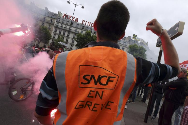 A French SNCF railway worker demonstrates against a planned reform of the sector in Paris, June 19, 2014.  REUTERS/Philippe Wojazer