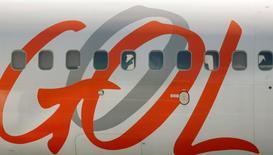 Pasajeros esperan para despegar en un avión Gol en el aeropeuerto de Santos Dumont en Rio de Janeiro, 29 de marzo de 2014. El directorio de la aerolínea brasileña Gol Linhas Aéreas Inteligentes SA aprobó por unanimidad una oferta para recomprar dos emisiones de bonos globales colocados por dos subsidiarias, como parte de un plan para reducir su deuda.  REUTERS/Bruno Domingos