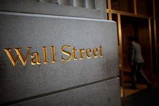 Logo de Wallstreet es visto en la bolsa de valores de Nueva York, 15 de junio de 2012. Las acciones en Estados Unidos abrieron planas el jueves, tras una subida de cuatro días en la que el S&P 500 llegó a máximos récord, y tras un reporte sobre el mercado laboral que mostró que el número de estadounidenses que pidió ayuda estatal de desempleo la semana pasada bajó más de lo previsto. REUTERS/Eric Thayer