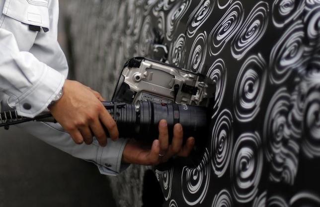6月19日、水素を燃料とする社会の実現に向けた政府による工程表がほぼまとまった。写真は車体に差し込まれた水素ノズル。都内で2013年10月撮影(2014年 ロイター/Yuya Shino)