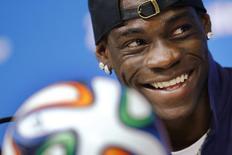 Atacante italiano Balotelli sorri durante entrevista em Recife.     REUTERS/Brian Snyder