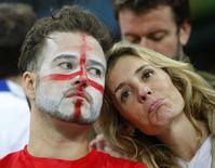 Болельщики сборной Англии на матче с Уругваем в Сан-Паулу 19 июня 2014 года. Сборная Англии по футболу проиграла команде Уругвая во втором матче группы D на чемпионате мира в Бразилии, сохранив шансы на выход в плей-офф турнира. REUTERS/Laszlo Balogh