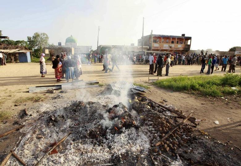 Residents of Kibaoni in Mpeketoni gather at the shopping centre after unidentified gunmen attacked the coastal Kenyan town of Mpeketoni, June 16, 2014. REUTERS/Joseph Okanga