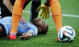 Álvaro Pereira, da seleção do Uruguai, recebe tratamento após choque com Raheem Sterling, da Inglaterra, em partida pela Copa do Mundo em São Paulo. REUTERS/Damir Sagolj